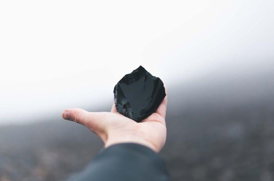 在冰島內陸高地可以看到的黑曜石