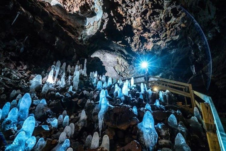 ヴィズゲルミル溶岩洞窟では溶岩や氷の造形が楽しめる