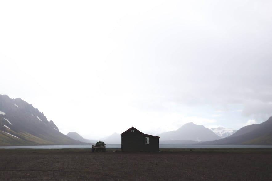 位於冰島中央高地孤獨的小木屋