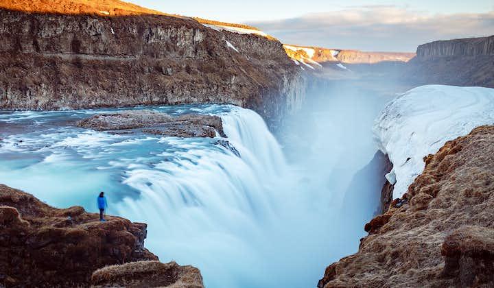 Огромное количество воды ниспадает в реку Хвитау прекрасным водопадом Гютльфосс.