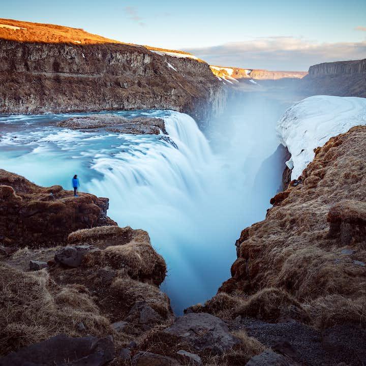 Una enorme cantidad de agua cae de la cascada Gullfoss del río Hvítá.