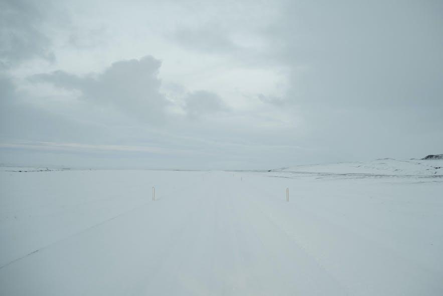 Kaum noch erkennbare Strasse im Winter