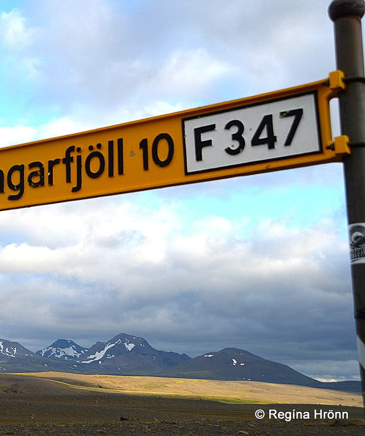 Mt. Kerlingarfjöll and the road sign