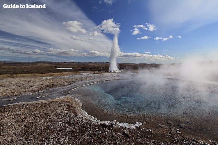 Ein Ausbruch der heißen Quelle Strokkur in Haukadalur im Süden Islands.