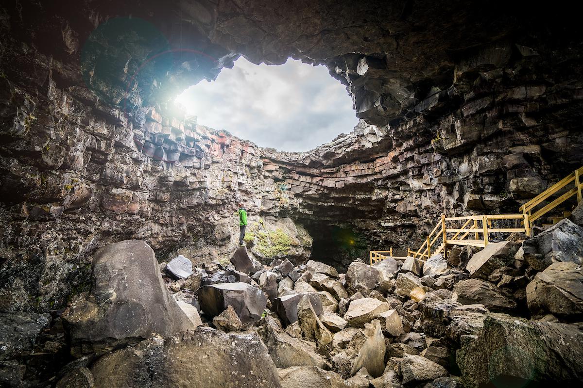 Det finns många lavagrottor runt Island.