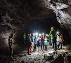 Eksplorowanie jaskini Vidgelmir jest odpowiednim zajęciem dla całej rodziny.