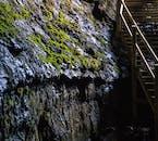 Wnętrze jaskini lawowej Vidgelmir w trakcie zwiedzania z przewodnikiem.