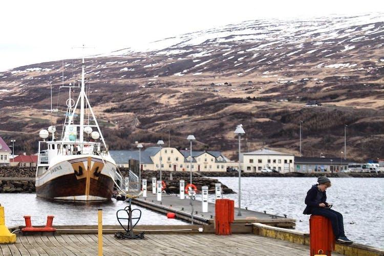 Der Hafen von Akureyri gegen Ende des Winters.