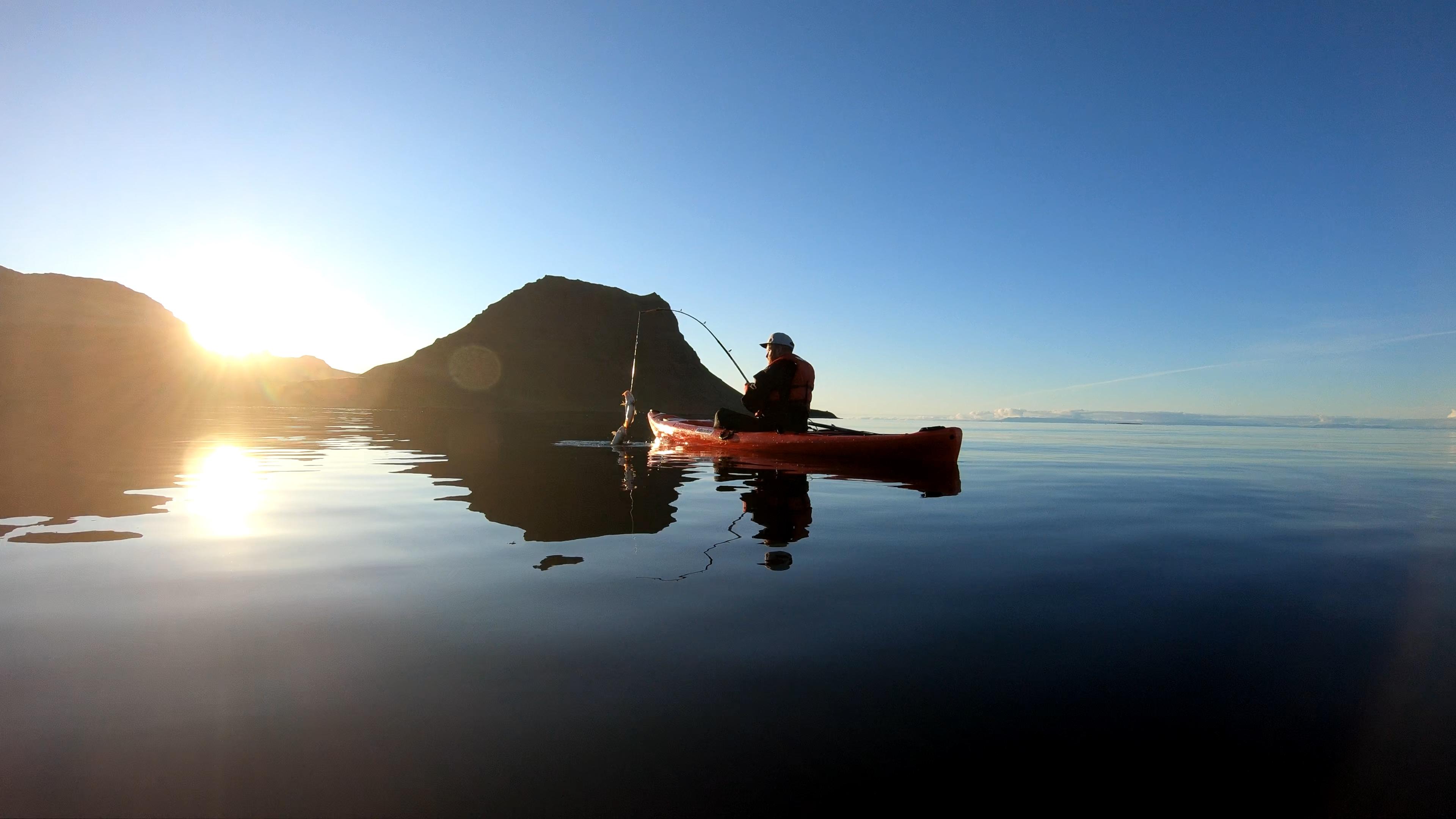 Verpasse nicht die einmalige Gelegenheit, Angeln und Kajakfahren am Fuße des berühmten Berges zu kombinieren.