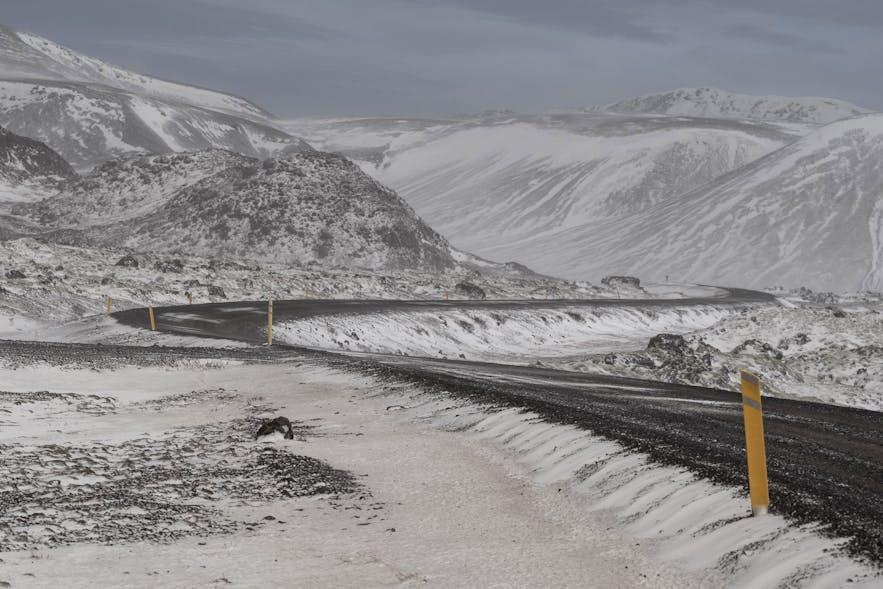 Auch von Bergen über die Strassen wehender Schnee kann gefährlich werden