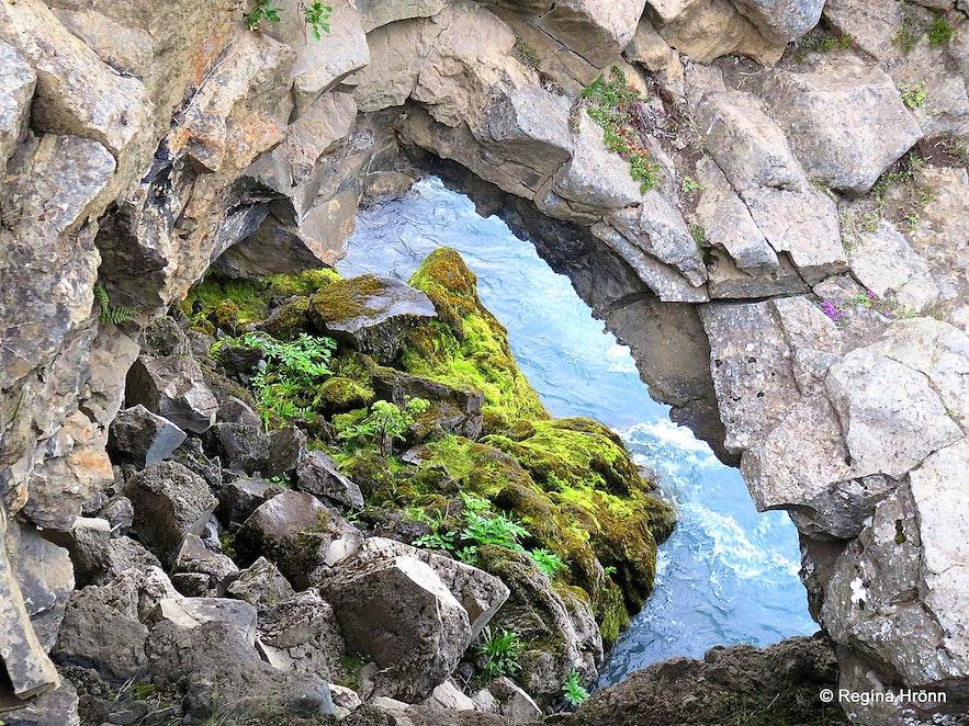 Hansensgat by Geitafoss waterfall