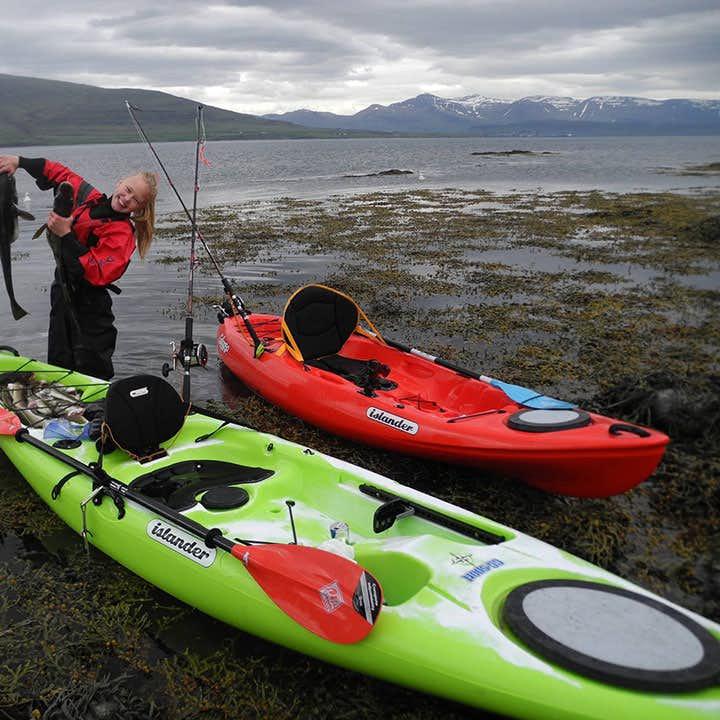 Es gibt nicht viele bessere Orte zum Kajakfahren, als am Fuße eines der meist fotografierten Berge Islands, des Mt Kirkjufell.