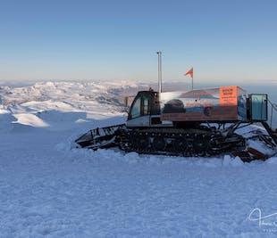 現地発 スナイフェルスヨークトル氷河でスノーキャットツアー