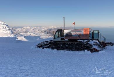 Au sommet du glacier   Car et dameuse au Snaefellsjokull