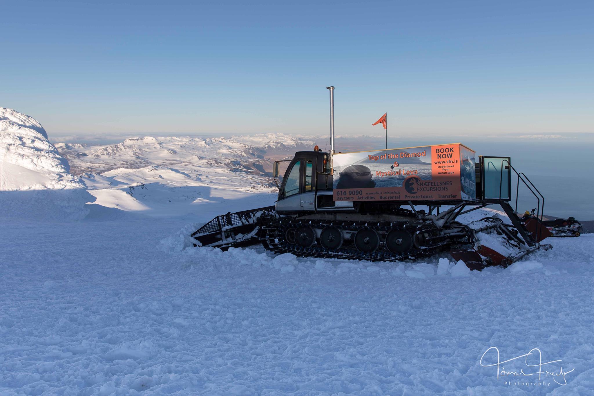 Gatto delle nevi sul ghiacciaio Snaefellsjokull.