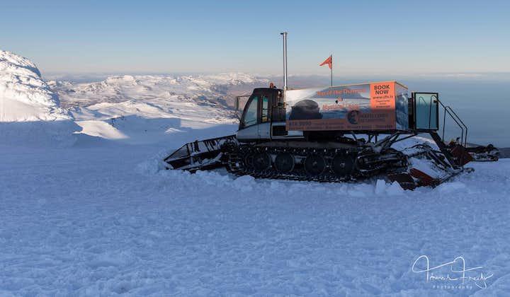 På diamantens topp   Buss och snövessla på glaciären Snæfellsjökull