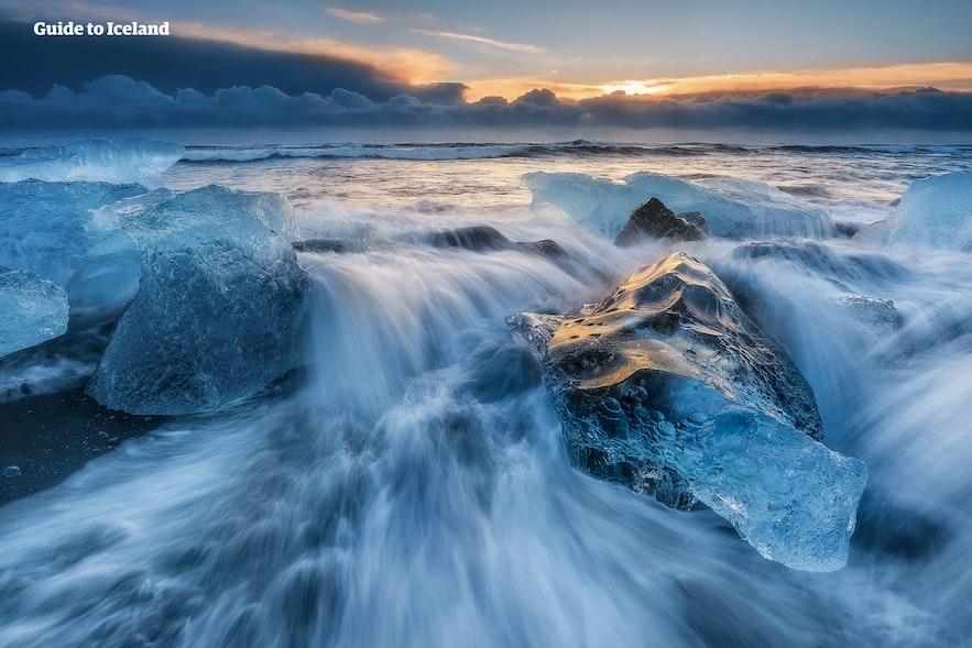 Bølgene bryter mot isen på Diamantstranden.