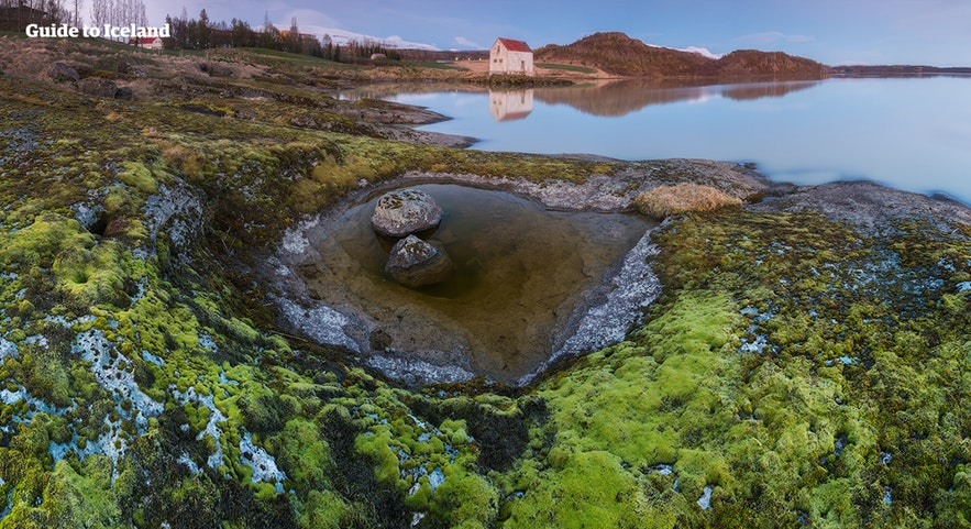 Egillstaðir ligger ved bredden av en vakker innsjø.