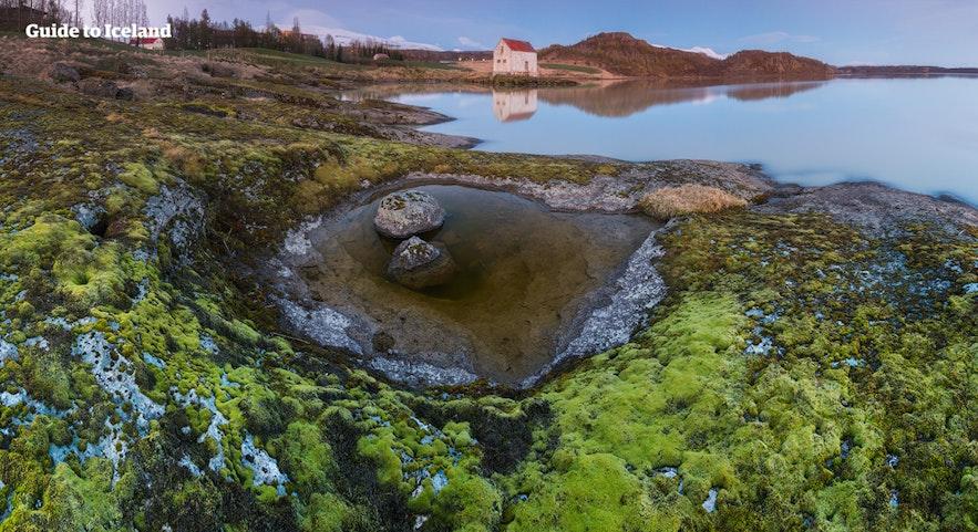Egillstaðir ligt aan de oever van een prachtig meer.