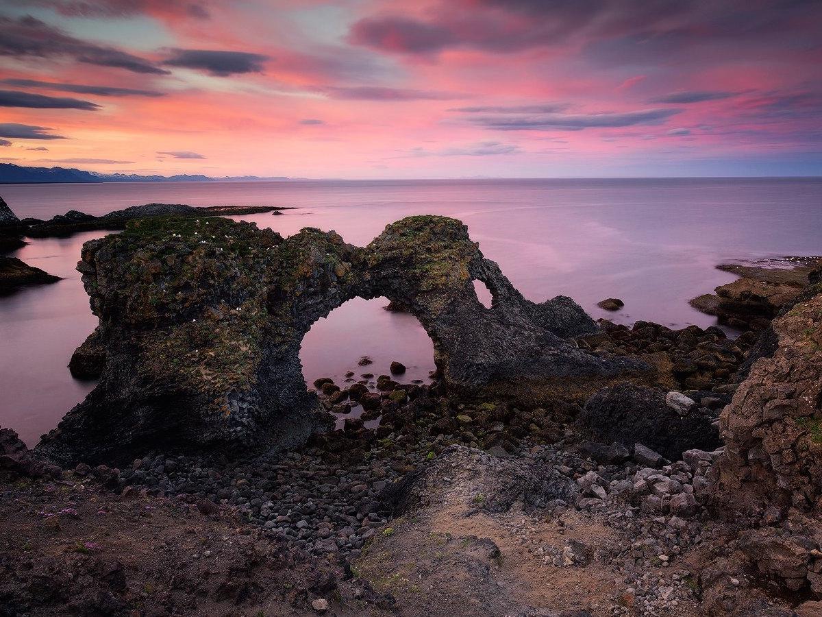 Este arco marino en Hellnar es fascinante y el favorito de un fotógrafo.