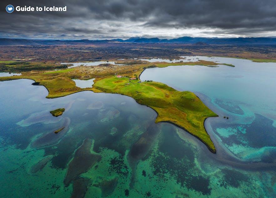 Kolorowe jezioro Myvatn, na północy Islandii.