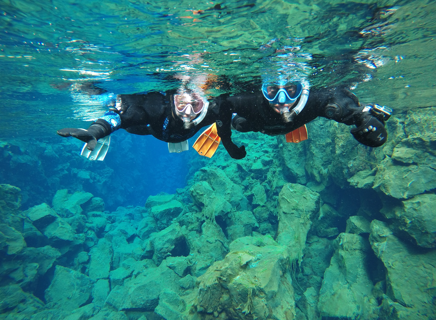 在冰島大裂縫浮潛