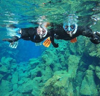 Snorkel entre continentes en Silfra   Fotos gratis bajo el agua