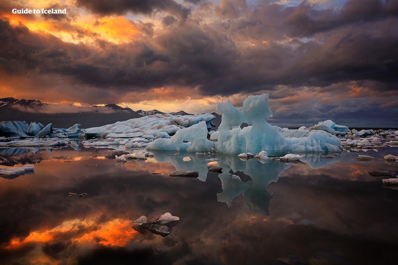 Intrygujące kolory zachodzącego słońca nad laguną lodowcową Jokulsarlon.