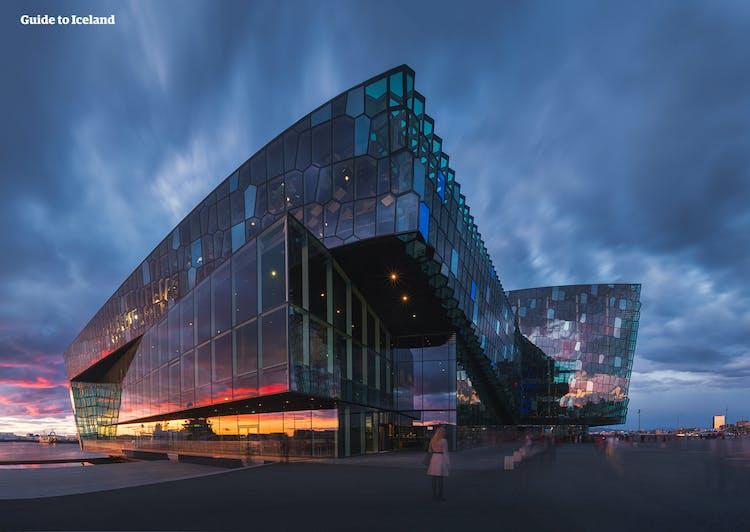 Ciepłe kolory odbijające się od sali koncertowej Harpa w centrum Reykjaviku.