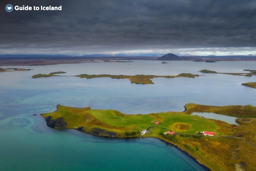 Malownicze krajobrazy jeziora Myvatn, na północy Islandii.