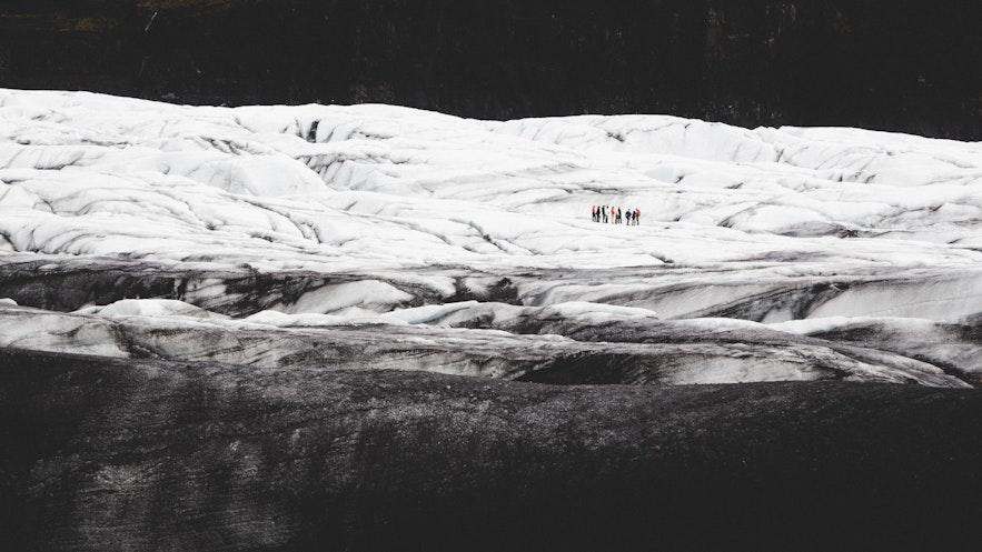 在冰島體驗冰川健行是必備項目之一