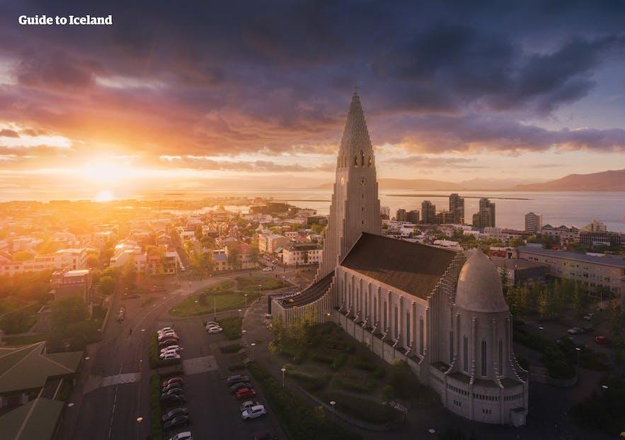 La capital islandesa bajo el sol de medianoche visto desde el aire.