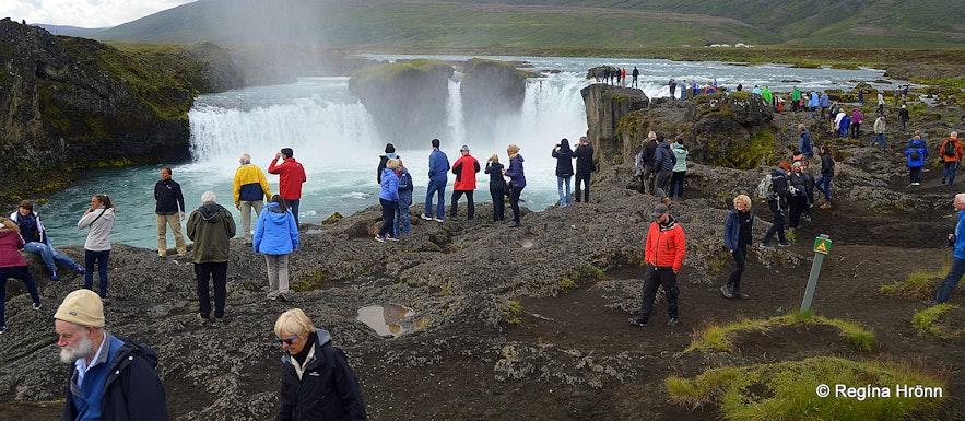Goðafoss waterfall crowds