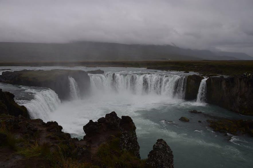 北部アイスランドにあるゴーザフォスの滝