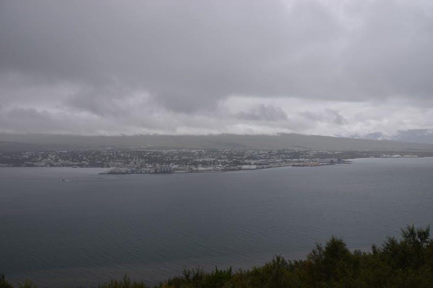 エイヤフィヨルズルを挟んで対岸から見たアークレイリの町