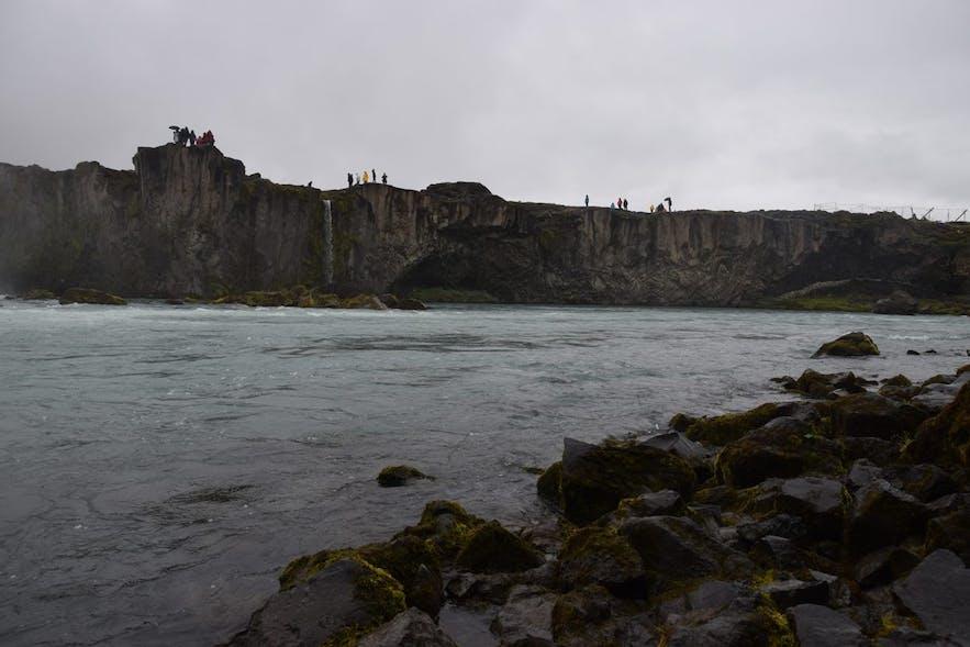 川の向こう側の絶壁、ゴーザフォスの滝にて