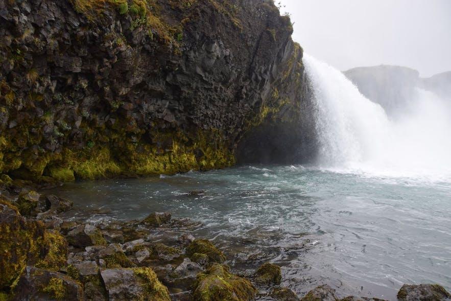 ゴーザフォスの滝を裾から眺める