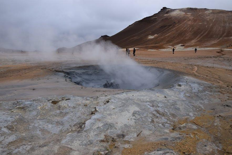 ナゥマフィヤトル地熱地帯で見た泥間欠泉