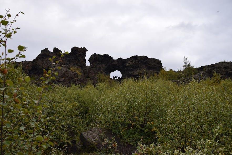 中心部にぽっかりと穴が開いた特徴的な岩