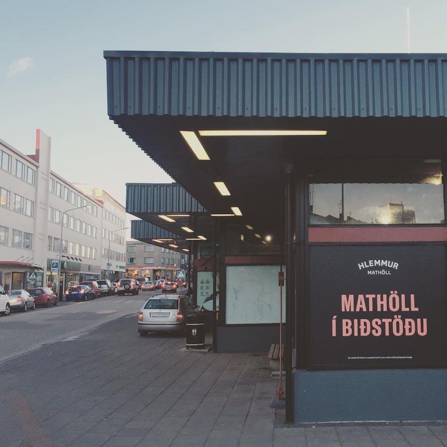 Hlemmur Mathöll ist ein Busbahnhof und eine Imbisshalle.