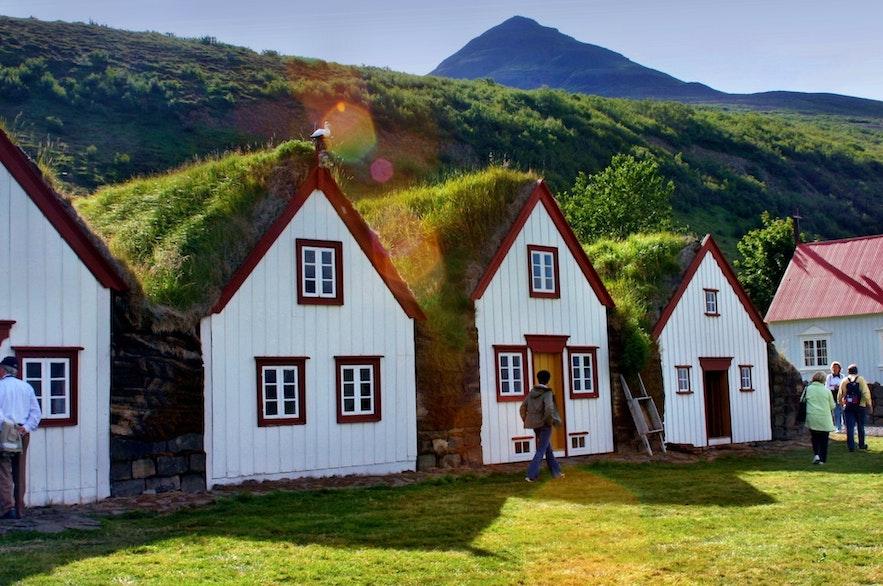 以前,冰岛人住在草皮屋里,抵御严寒