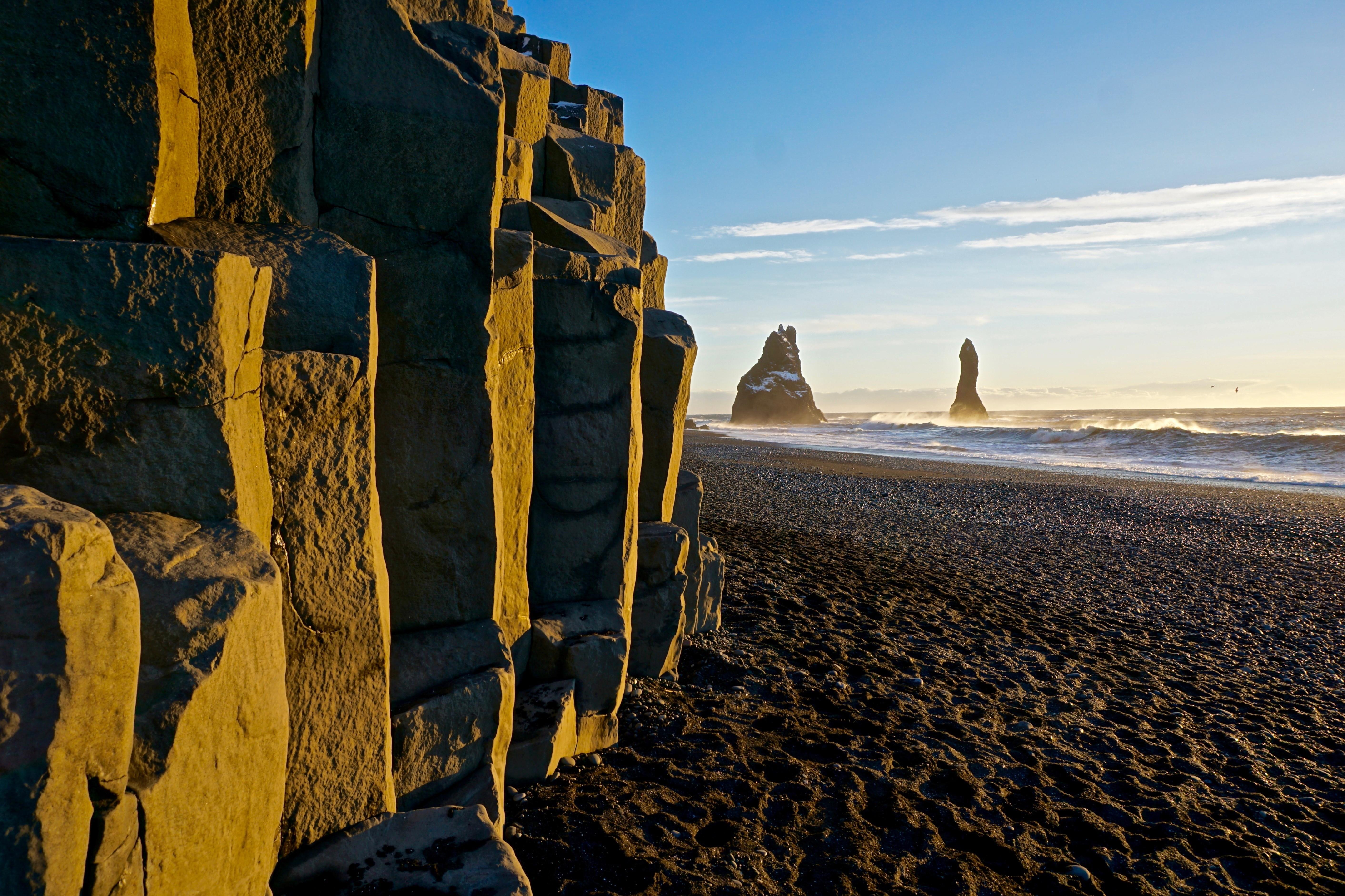 位于冰岛南岸的雷尼斯黑沙滩Reynisfjara
