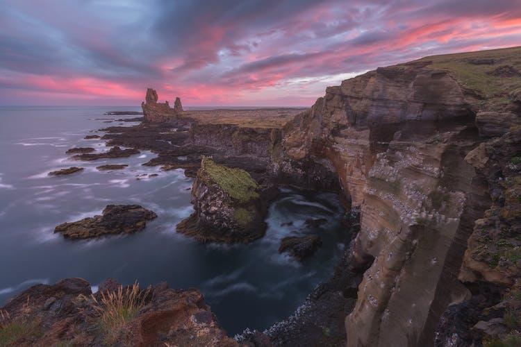 스나이펠스네스 반도에 있는 아르나르타피는 아이슬란드 서부에 위치하며 특색있는 용압 바위들을 만들어냈고 이 바위들은 대서양의 찬 파도와 매일 티격태격합니다.