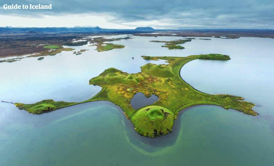 使用无人机鸟瞰拍摄米湖景色