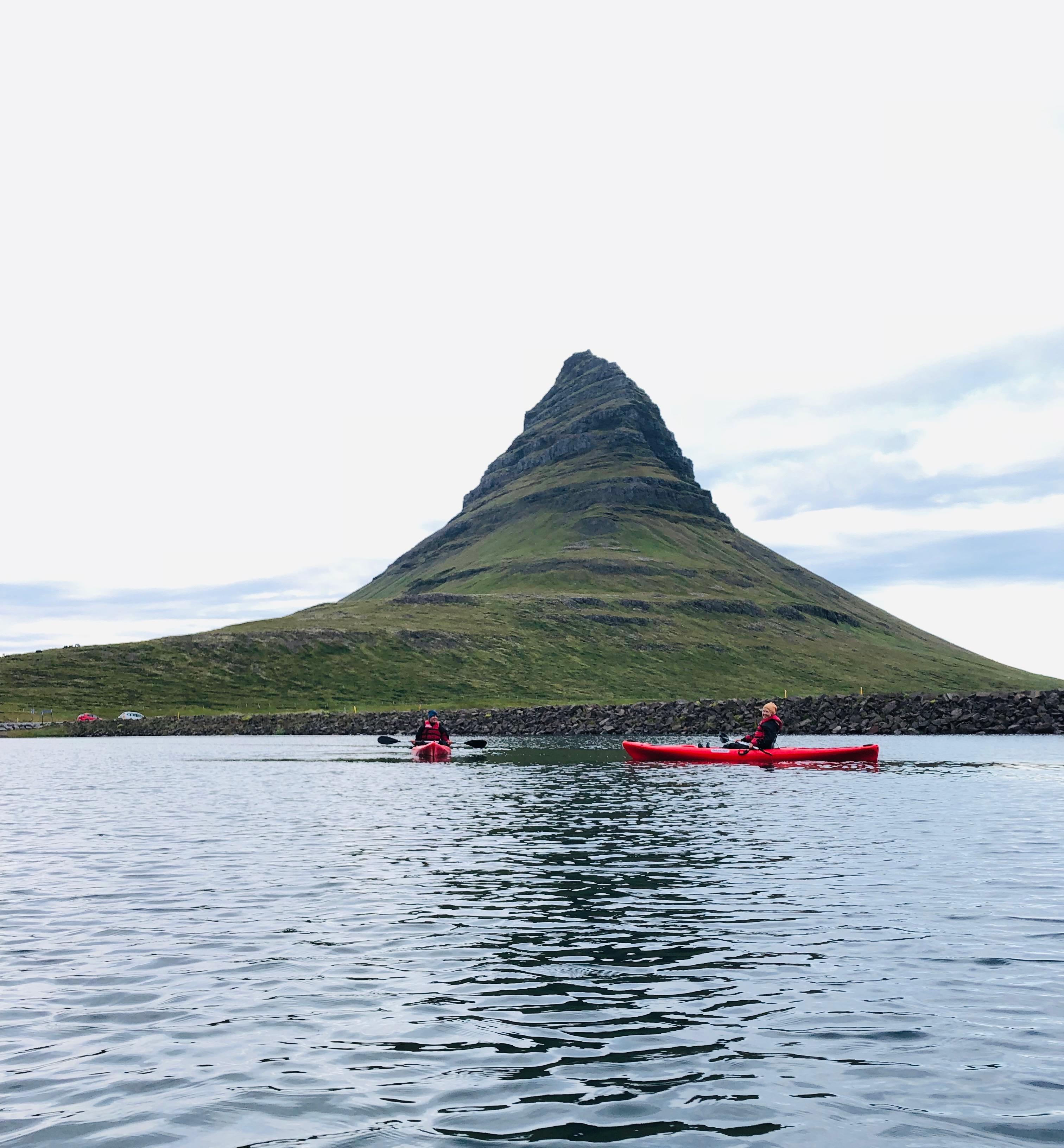 在冰岛斯奈山半岛的绝美草帽山下,体验皮划艇运动的小众乐趣