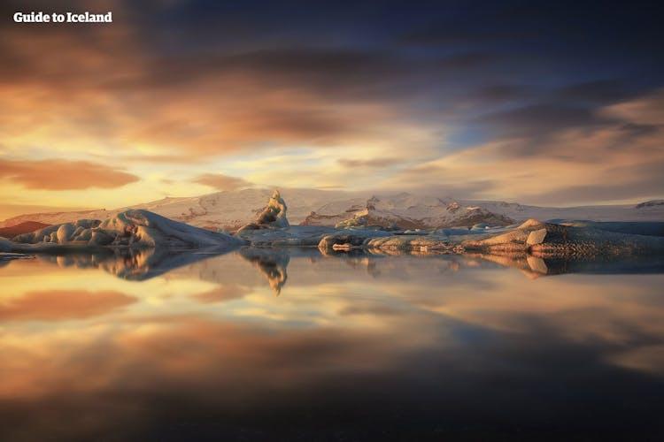 요쿨살론 빙하 호수의 여름. 빙산이 고요한 물 위를 유유히 떠나니고 있습니다.