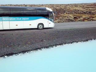 Bei einem Aufenthalt in Reykjavík bietet sich die kurze Fahrt zur Blauen Lagune an.