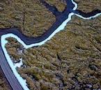 Das Wasser der Blauen Lagune sickert in das schwarze Lavagestein und bildet einen starken und dramatischen Kontrast.
