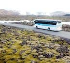 Fahre, vorbei an moosbedeckten Lavafeldern, zur Blauen Lagune.