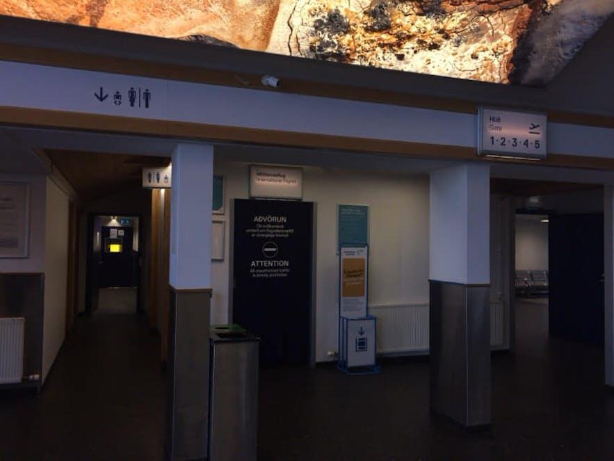 レイキャビク国内空港のチェックインカウンターの左手